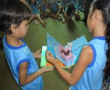 Twee kinderen bladeren in een prentenboek.