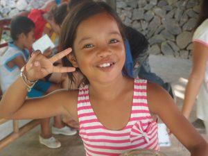 Filipijns meisje lach v-teken victory vrede
